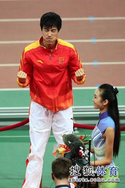 图文:男子110米栏颁奖仪式 表情十分兴奋