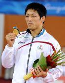 图文:摔跤男子自由式66KG颁奖 米满达弘获金牌