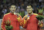 图文:男子沙滩排球颁奖仪式 中国选手展示金牌