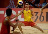 图文:男子沙排决赛中国德比 高鹏单臂救球