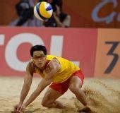 图文:男子沙排决赛中国德比 李健双臂救球