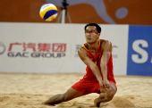 图文:男子沙排决赛中国德比 吴鹏根一传组织