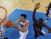 图文:男篮1/4决赛中国VS卡塔尔 王治郅上篮