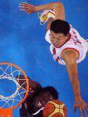 图文:男篮1/4决赛中国VS卡塔尔 王治郅封盖