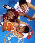 图文:男篮1/4决赛中国VS卡塔尔 李晓旭抢篮板