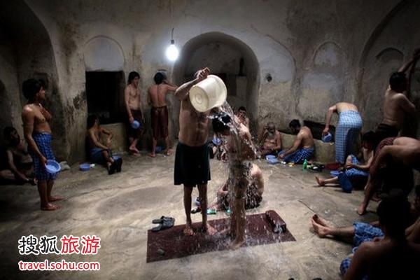 公共澡堂洗澡军人