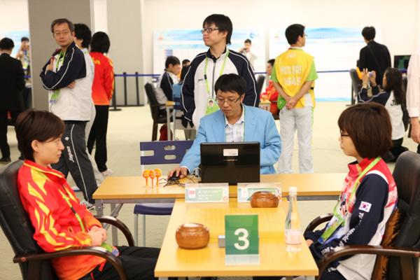 图文:围棋团体第五轮 唐奕与李瑟娥美女对决