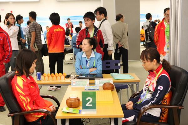 图文:围棋团体第五轮 宋容慧五段VS赵惠莲八段