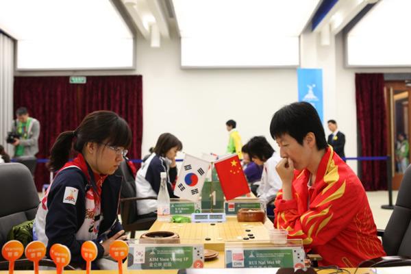 图文:围棋团体第五轮 芮乃伟九段VS金仑映初段