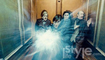 """④这场勇闯魔法部的戏给《哈7》注入了少有的""""非现实感""""。"""