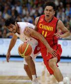 图文:男篮半决赛中国VS伊朗 张博与对手拼抢