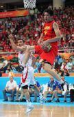 图文:男篮半决赛中国VS伊朗 孙悦摘下篮板球