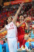 图文:男篮半决赛中国VS伊朗 王仕鹏欲强行上篮