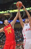 图文:男篮半决赛中国VS伊朗 王治郅争抢篮板