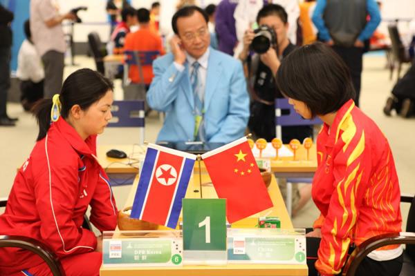 图文:围棋团体赛第六轮 王晨星二段VS黄敬姝