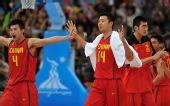 图文:亚运男篮中国队晋级决赛 王治郅等在庆祝