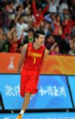 图文:亚运男篮中国队晋级决赛 王仕鹏吐舌庆祝