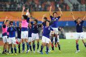 图文:男足决赛日本1-0阿联酋 夺冠后兴奋庆祝