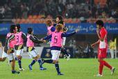 图文:男足决赛日本1-0阿联酋 替补跑进场庆祝
