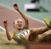 图文:女子三级跳雷帕科娃夺冠 跳进沙坑特写