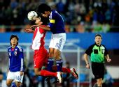图文:男足决赛日本1-0阿联酋 双方争顶瞬间