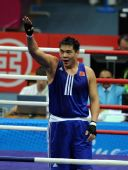 图文:拳击男子91KG张志磊夺冠 向现场观众致意
