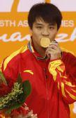 图文:男子三米板颁奖仪式举行 何冲亲吻奖牌