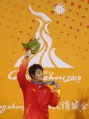 图文:男子三米板颁奖仪式举行 何冲展示金牌