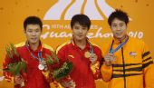 图文:男子三米板颁奖仪式举行 前三名展示奖牌