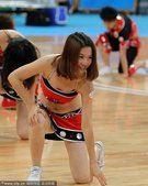 亚运会中国女篮夺冠 现场男啦啦队半裸热舞助兴