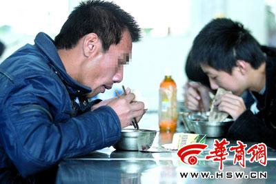24日,张军在西北大学老校区学生食堂吃午饭 本报记者 雷佳 摄
