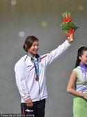 图文:女子500米单人皮艇颁奖 日本选手摘铜
