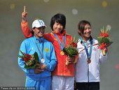 图文:女子500米单人皮艇颁奖 冠亚季军合影