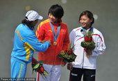图文:女子500米单人皮艇颁奖 互相祝贺
