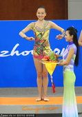 图文:艺术体操个人全能决赛颁奖 孙妍在摘铜(4)