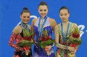 图文:艺术体操个人全能颁奖仪式 前三名合影