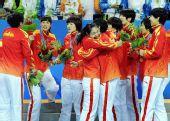 图文:女子手球颁奖仪式举行 中国队员互相拥抱