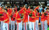 图文:女子手球颁奖仪式举行 中国领奖台上庆祝