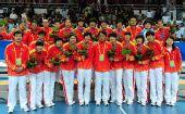 图文:女子手球颁奖仪式举行 中国队员一起合影