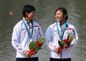 图文:女子500米双人皮艇颁奖 日本组合获银牌
