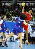 图文:女子手球中国队夺冠 赵佳芹攻门瞬间