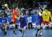 图文:女子手球中国队夺冠 马玲比赛中射门