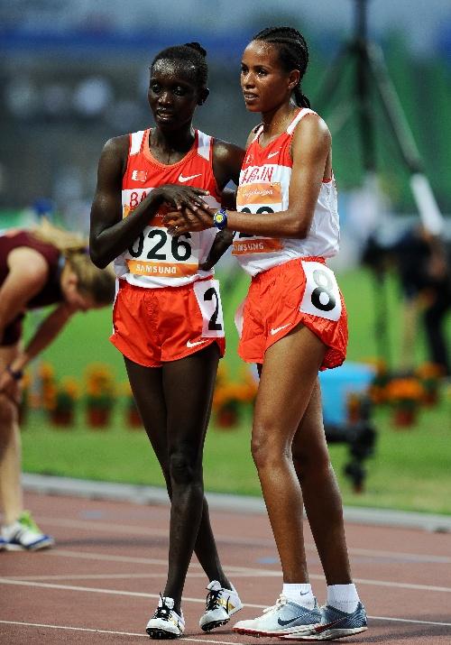 巴林选手夺冠    11月26日,巴林选手米米·贝利特·加布雷-乔治(右)在