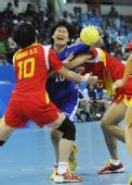 图文:女子手球中国队夺冠 藤井紫绪遭到夹击