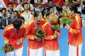 图文:女子手球颁奖仪式举行 队员领奖台上交谈