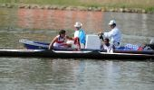 图文:皮划艇赛场出现翻船事故 被救援船送回