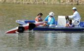 图文:皮划艇赛场出现翻船事故 选手被救援上船