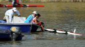 图文:皮划艇赛场出现翻船事故 上船后全身湿透