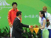 图文:拳击男46-49公斤级颁奖 蔡振华颁奖