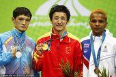 图文:拳击男46-49公斤级颁奖 冠亚季军合影